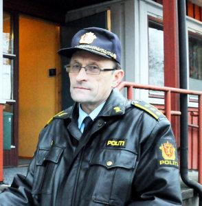 Lensmann Ole Gustav Henriksen utenfor lensmannskontoret