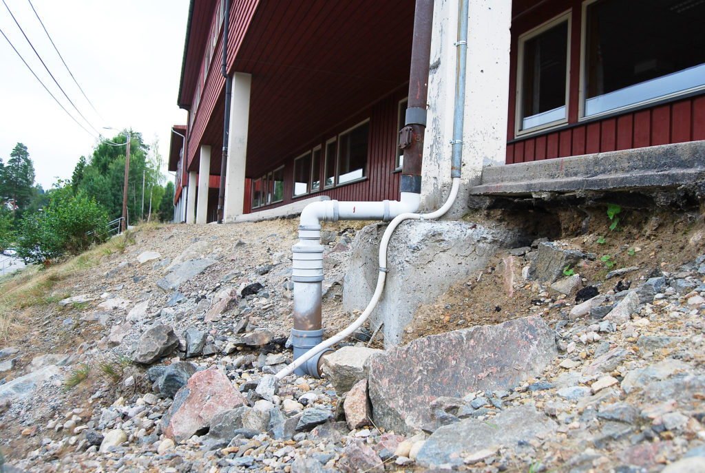 Vannet graver i skråningen ned mot ballbanene