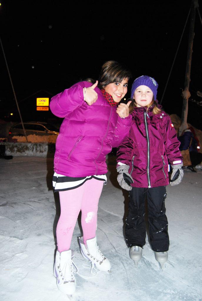 FØRST UTE: Først ute på isen var Emma Lien Håkedal og Lulu Salimahran (t.h.) som syntes det var veldig stas med skøytebane på Tobias Jorde.