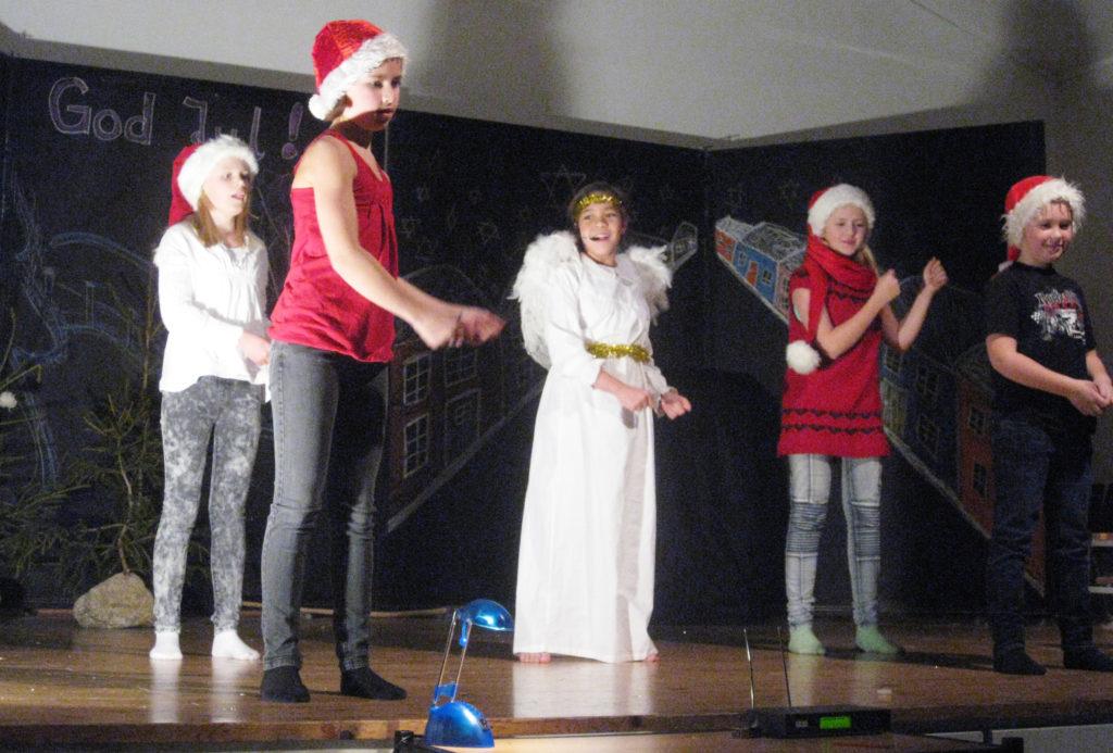 JULESAMBA: Engelen Finn Englius Fant i Siri Toplands skikkelse i en heftig julesamba sammen med nissene Rebekka (f.v.), Natalie, Madeleine og Tellef.