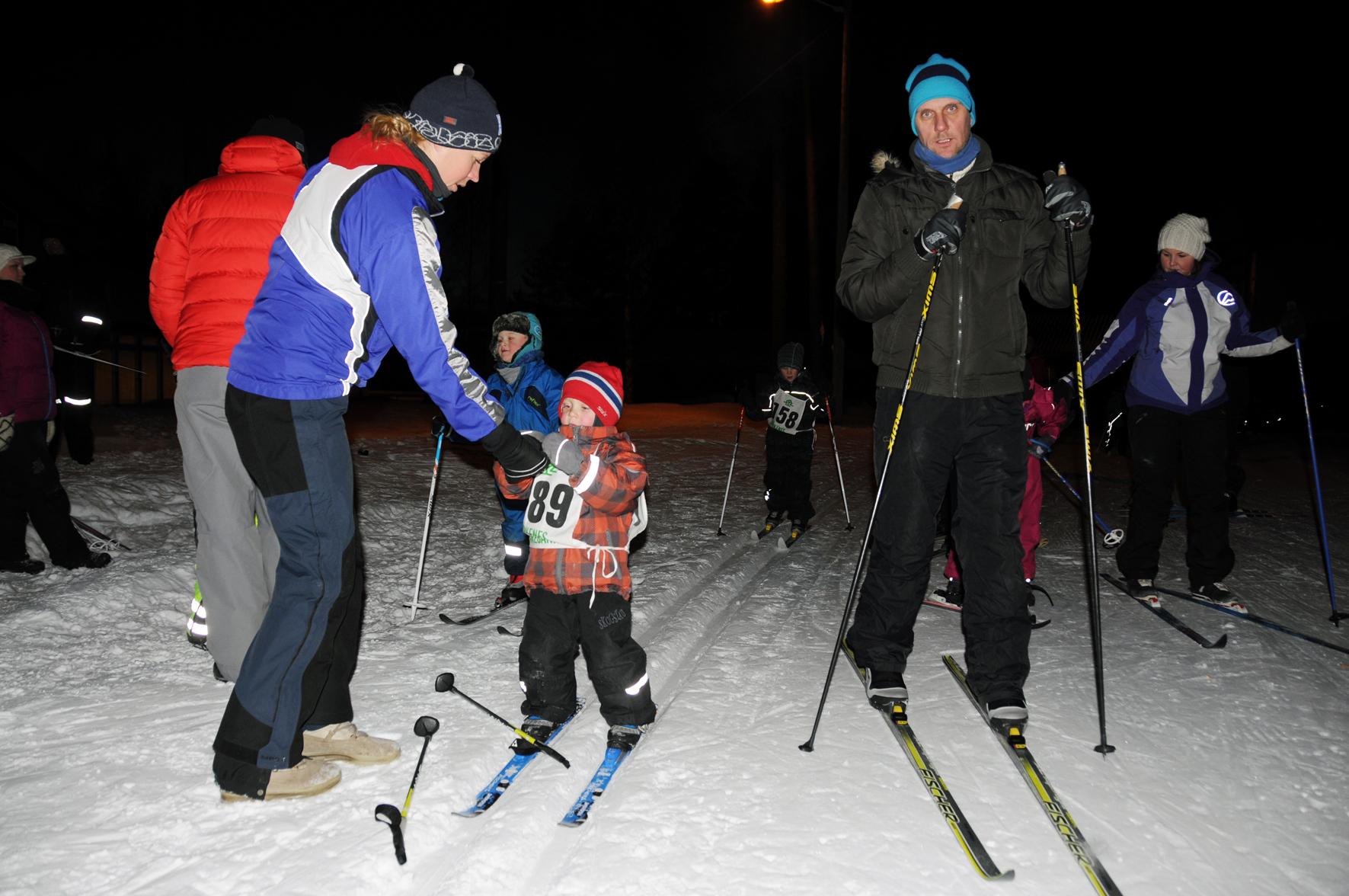 SAFTSTASJON: Fire år gamle Elias Gumpen Engesland får en kopp saft av mamma Ingvild og er klar for en ny runde sammen med pappa Inge (t.h.). Eller forresten, det er han ikke, men tre runder er ikke verst det, heller.