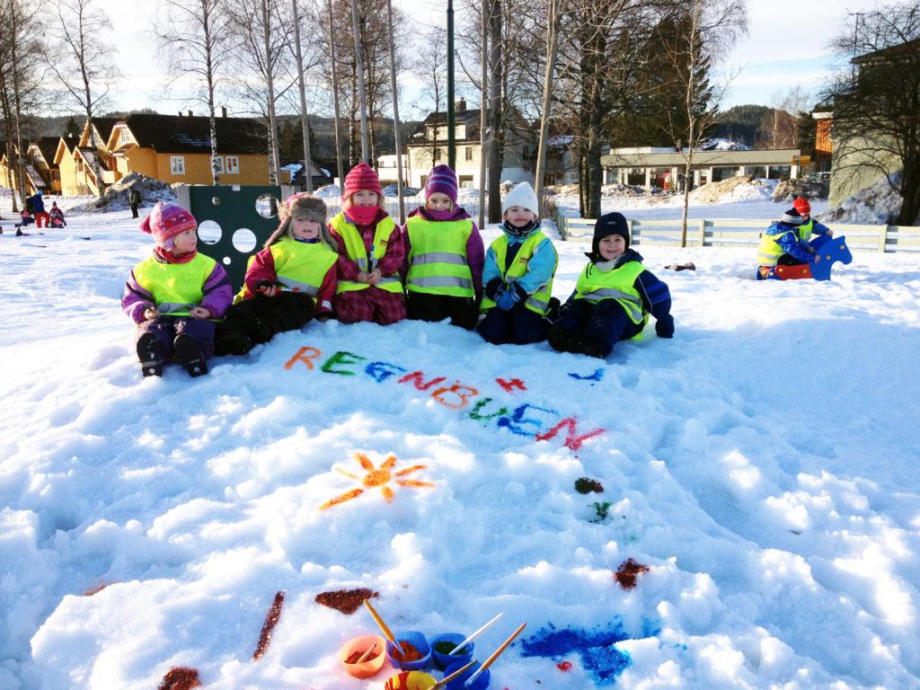 Barnehagebarn i snøhaugen