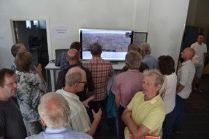 Vakte Interesse: Det ble folksomt foran skjermen der konsulentfirmaet Rambølls 3D-animasjon av vindmølleparken ble vist.