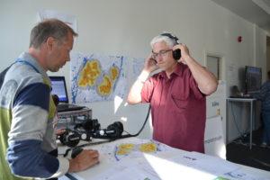 Lyddemonstrasjon: Rune Risdal lytter til E.ON's simulering av lyden vindturbinene genererer på ulike avtander. Støyen fra diskusjonsglade sambygdinger førte imidlertid til at lyttingen best lot seg gjøre ved å ta med headsettet utendørs.