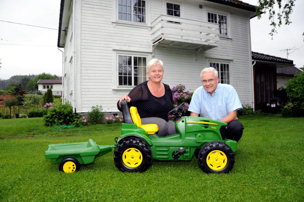 BASARVERTSKAP: Lørdag 3. august inviterer Toril og Arild Espegren til basar i hagen hjemme på Rugsland. Da vil denne tråtraktoren og en rekke andre flotte gevinster finne nye eiere.