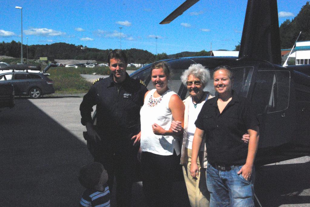 FØR TAKEOFF: Ved helikopterbasen på Kjevik ble Marie, flankert av barnebarna Aina (t.v.) og Lill, tatt vel imot av pilot Ronnie Natvig fra Nor Aviation. (Foto: Lill Jonathanson)