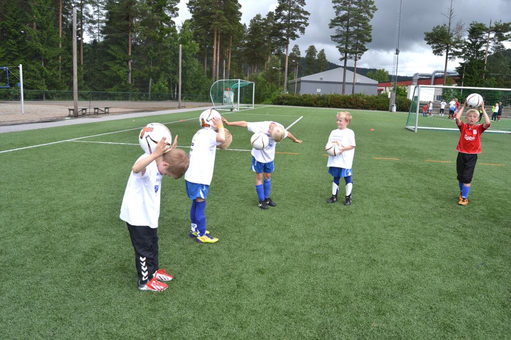 VRIENT: Alexander Hurlen (f.v.), Vegard Borgersen Lindtveit, Eivind Flaa og Martin Hauge prøver å legge ballen død på nakken, sånn som de har sett de store gutta gjør. Det er ikke lett!