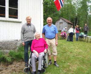 YNGST OG ELDST: Arild Aanesland (t.v.) og Rudolf Ånesland var de yngste, og Kirsti Halvorsen var den eldste som var møtt fram, alle fra Åneslandgårdene.