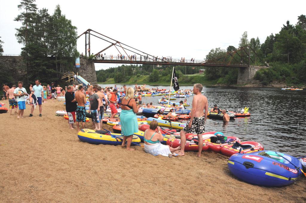 GOD OPPSLUTNING: Det ble trangt om plassen på badeplassen Sandøyra ved gamle Mollestadbrua, da deltakerne under GB-festivalen gjorde strandhugg. Nærmere 200 deltok på båtturen ned elva, mens totalt 700 løste billett til festivalen.