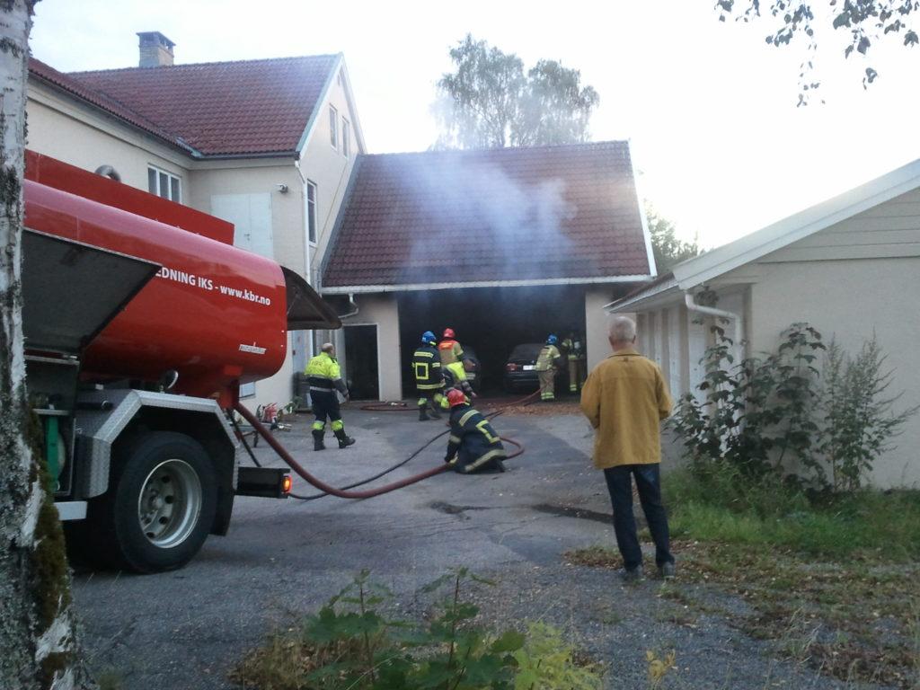 SLUKNINGSARBEID: Brannvesenet var på plass etter kort tid. Rektor Gunnar Birkeland fulgte med på slukningsarbeidet. (Foto: AMH)