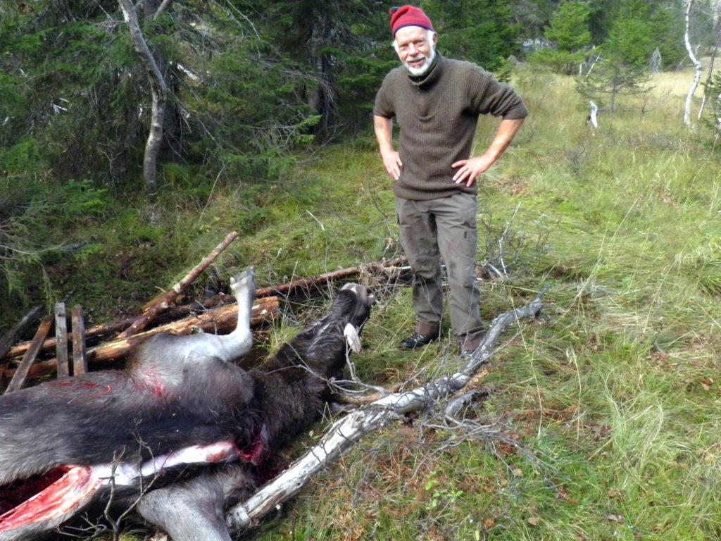 ELGJEGER: Alf Åge Botn reiser gjerne til Dalen i telemark for å jakte elg og hjort. Dette bildet er tatt under elgjakt i dalen. (Foto: Privat)