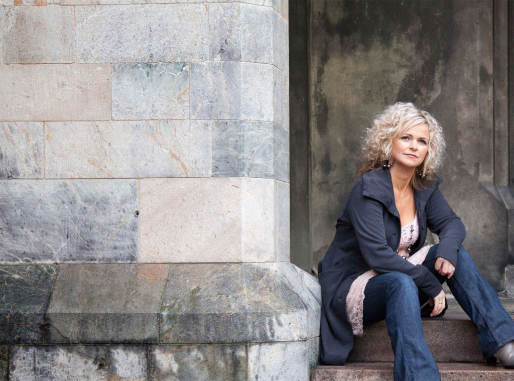 TIL FILABIRK: Karmøyværingen Synnøve Aanensen har et solid ry som leverandør av country- og rootsinspirert gospel, salmer og åndelige viser. Søndag 15. desember kommer hun til Filadelfia Birkeland. (Pressefoto)