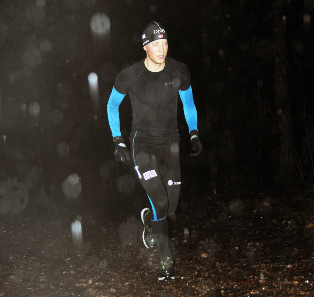 SATSER VIDERE: Skiskyttertalentet Lars Helge Birkeland lar seg ikke knekke av at sjansen til å nå sesongens store mål, deltakelse under OL i Sotsji, gikk fløyten på grunn av sykdom. Julaftensmorgen var han ute i grålysningen i regn og vind for å trene intervall.