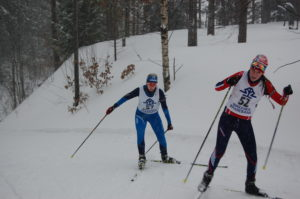 NULLERKLUBB-MEDLEM: Med feilfri skyting begge dager ble det to gull og to nullerklubb-diplomer på Ann-Christin Haugebo (bak). Her er hun i ferd med å gå seg opp i ryggen på Bettina Storkås fra Øvrebø. (Foto: Skiskyttergruppa i BIL)