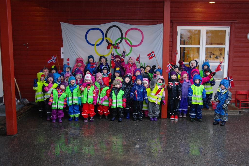 OLYMPISK SAMLING: Alle barna samlet foran OL-ringene etter at vinterlekene var over. (Foto: Silje V. Røstad, Kristina G. Fidjeland)
