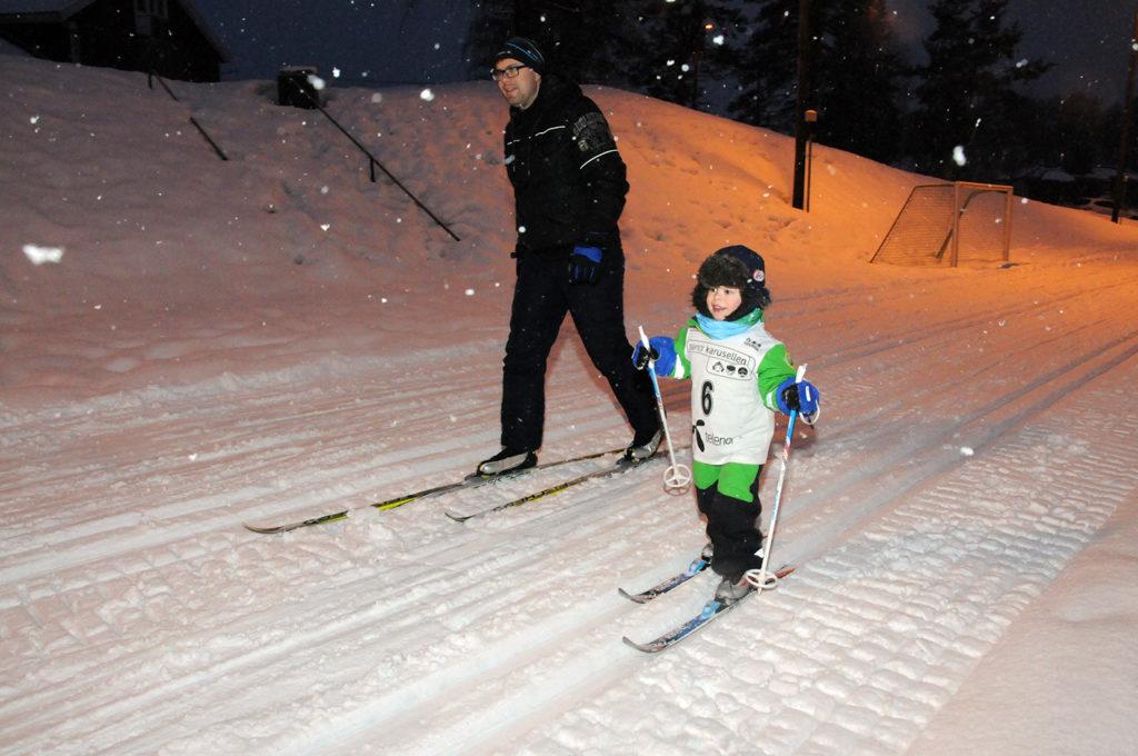 FINT DRIV: Familien Topland var godt representert under det avsluttende karusellrennet. Her er tre år gamle Sølver ute på første runde sammen med pappa Anders.