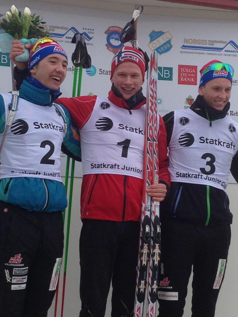 NM-PALLEN: Norgesmester Lars Aasheim Svaland flankert av toeren Ole Andreas Flotten fra Oppdal IL og treeren Sondre Bollum fra Gjøvik Skiklubb.