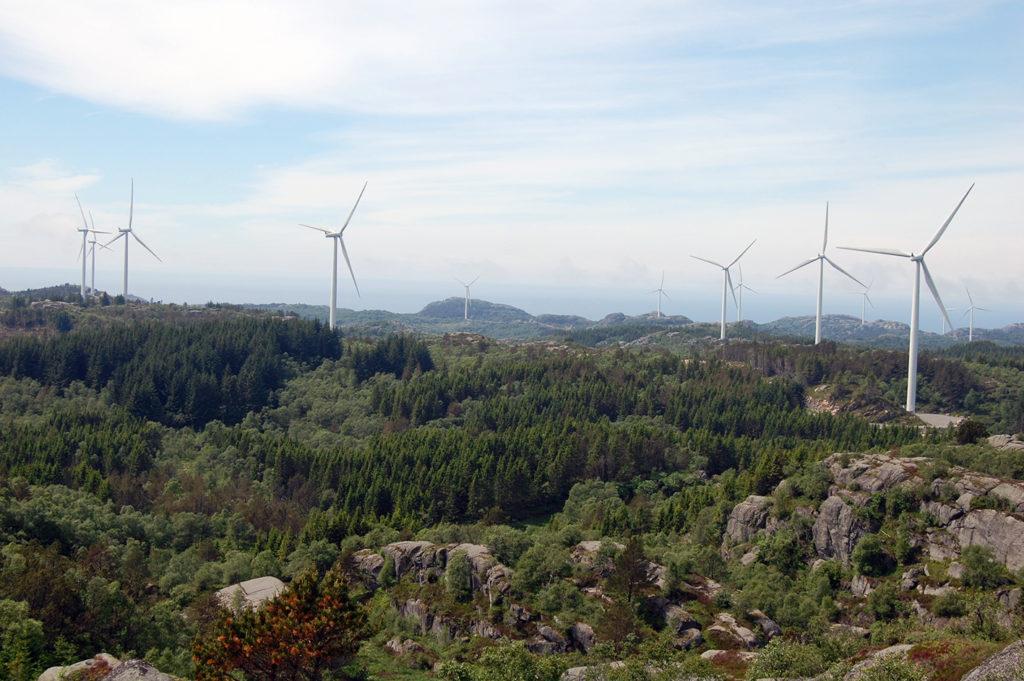 GRØNT LYS: NVE har gitt tommelen opp for utbygging av Storehei, men krever at E.ON dokumenterer konkrete kostnader ved å bygge ut sentralnettstilknytning for Oddehei og Bjelkeberg før man vil ta stilling til en eventuell konsesjon for disse områdene. Bildet er fra Lista vindkraftverk. (Arkivfoto: Karl Johan Tveiten)