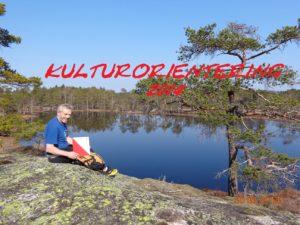 IDYLLISK: Trygve Løland ved Øygardstjønna i Oggemarka nord for Joreid, midt mellom første og andre post. – Det er noen kjempefine turer på kartet i år, men det er en skikkelig utfordring hvis du har tenkt å ta alle postene på Oggehei-kartet, sier kulturorienteringsgeneralen.