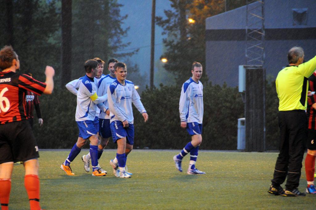 MÅLJUBEL: BIL-spillerne feirer den første av scoringene i 3-0-seieren over Øyestad i siste serierunde. Blir det flere slike scener å se i kveld når Lillesand IL kommer på besøk?