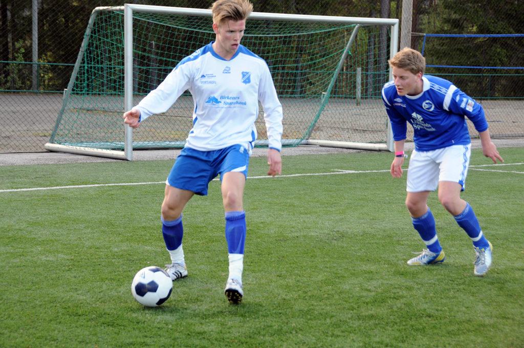 BILS BESTE: Kjetil Esperås (hvit trøye) noterte seg for et nytt seriemål og var BILs bestemann mot Froland torsdag kveld. Her i kamp mot Lillesand IL i forrige serierunde.