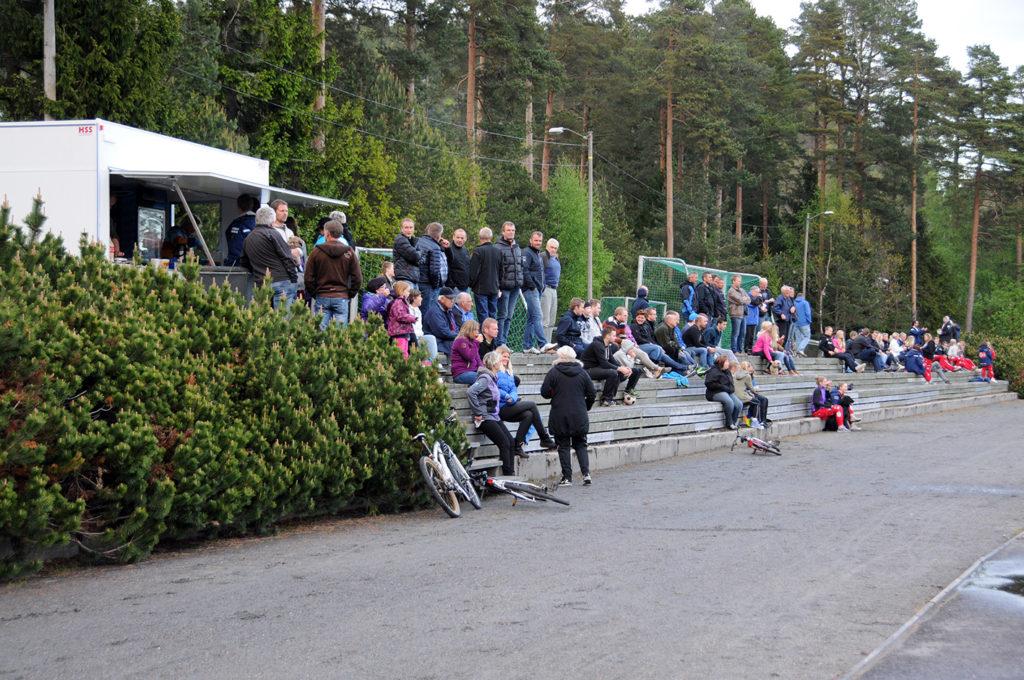 MYE FOLK: Lokaloppgjør er spesielle, også i 5. divisjon. Det er lenge siden det har vært så mye publikum på fotballkamp i Birkenesparken.