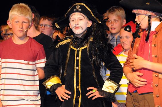 «KONGEN PÅ DE SYV HAV»: Kaptein Sabeltann (Arne August Dalene), flankert av Pinky (Magnus Mosfjell) (t.v.) og Langemann (Asgeir Reiersen Jensen). Se flere bilder på www.birkenes-avisa.no.