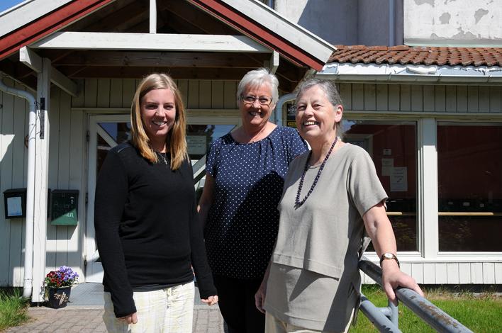FRIVILLIGTRIO: Marit Kvamsø (f.v.), Inger Lise Woie og Mariane Hagestad foran søndre inngang til kommunehuset som fører inn til korridoren der frivilligkontoret vil holde til, rett ved siden av aktivitetssenteret. – Vi tror det er en god plassering, for aktivitetssenteret er et sted der det skjer veldig mye, og hvor det er mye folk innom, sier trioen, og oppfordrer frivillige som kan tenke seg å yte en innsats til å ta kontakt så fort som mulig.