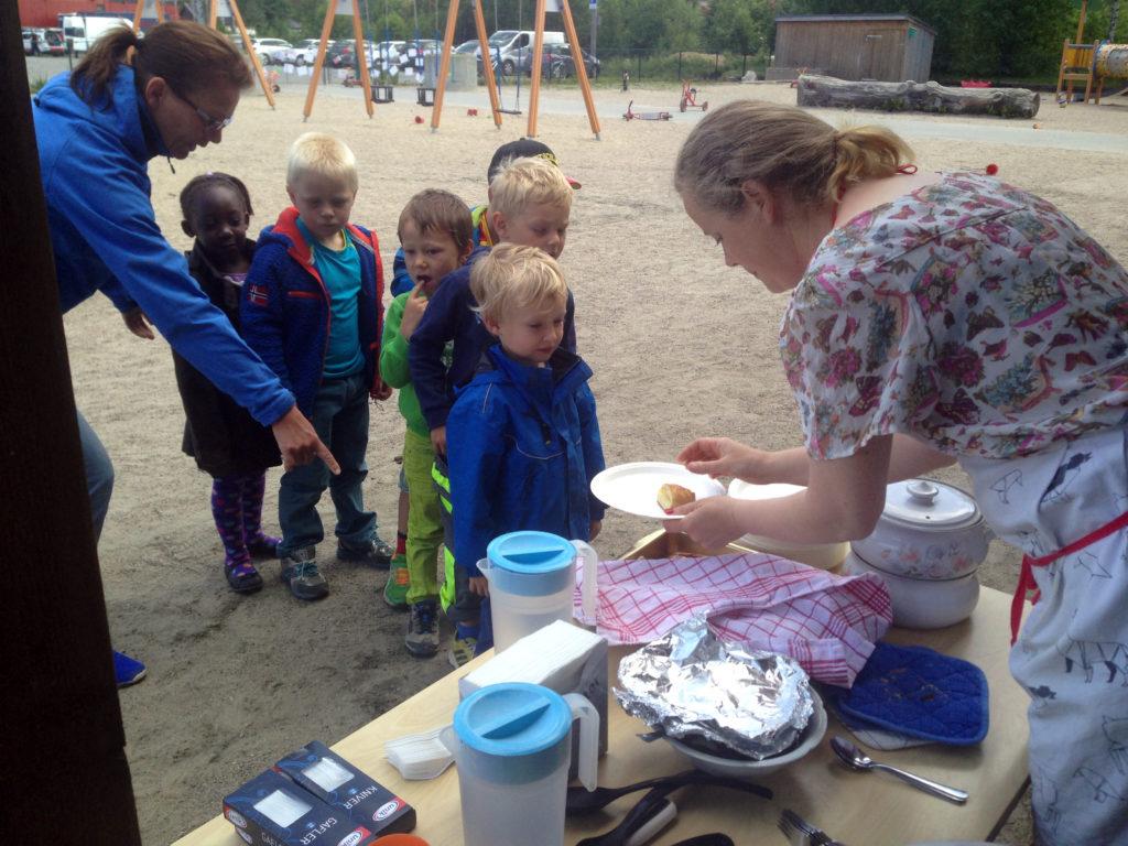 VALGFRIHET: Barna står i kø hos Gunn Lise og kan selv bestemme det de vil smake på.