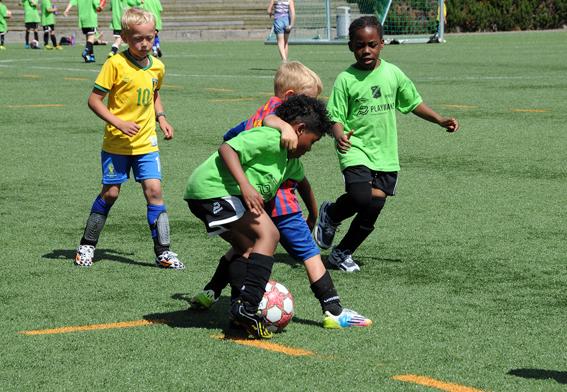TØFFE TAK: Seks- og syvåringene på «Italia» og «Uruguay» holdt seg for gode for biting av motstandere, men la ellers ingenting imellom i duellene.