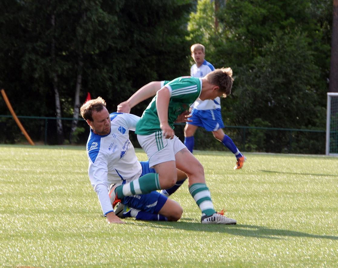 SOLID: Midtstopper Lasse Aamlid (hvit drakt), her i aksjon mot Risør før sommerferien, var best på et BIL-lag som sleit med å få til spillet sitt mot Randesund 2.