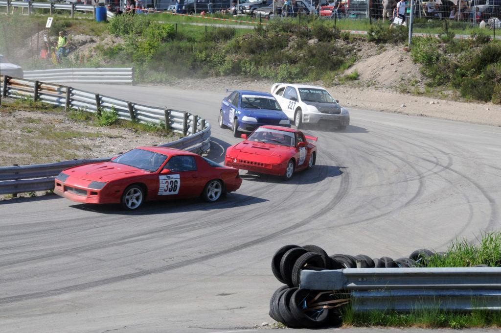 FART OG SPENNING: Man trenger ikke være spesielt motorinteressert for å ha glede av å overvære et bilcross og rallycrosstevne fra tilskuerplass. Her knives det om posisjonene under Pinsecrossen i 2012.