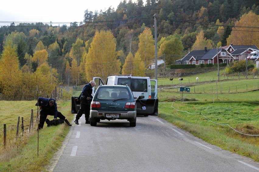 POLITIØVELSE: Også i fjor gjennomført politiets utrykningsenhet realistiske øvelser på Birkeland. Her pågriper tre væpnede politimenn en antatt attentatmann på veien opp mot Flakke Loner. (Arkivfoto)