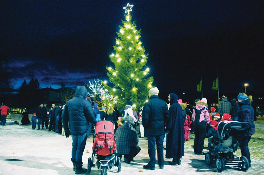 JULEGRANTENNING: Slik så det ut da julegrana på Tobias Jorde ble tent i 2010. I skrivende stund er det meldt fire plussgrader og oppholdsvær når grana skal tennes i år.