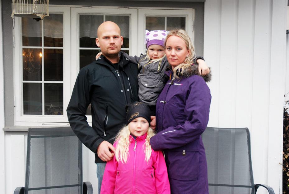 FLYTTING KAN BLI AKTUELT: I fire år har Thor Håkon Aaneland og Gyro Heia sammen med barna Lotta Mathea og Nora bodd på Haukom i Birkenes. Nå må de kanskje flytte fra familiegården og kommunen.