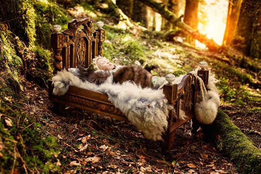 DRØMMESØVN:  Lille Selje Sommernatt sover sin søte søvn i en seng det ikke finnes maken til. Camilla Målen har laget kunstverket, og håper det er et marked for unike, håndlagede møbler. – Det blir jo litt dyrt, det blir det jo, innrømmer gründeren, som imidlertid kommer til å tilby produkter i flere prisklasser. – Men det skal fortsatt være håndlaget og eksklusivt, understreker hun.