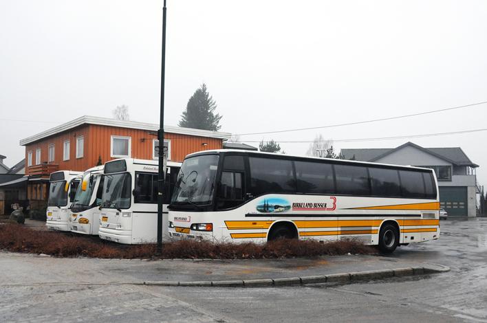 KJENT SYN: De hvite og gule Birkeland-bussene er et kjent syn på Sørlandet. Fram til 2017 vil de fortsatt gå i rutetrafikk mellom Birkeland, Lillesand og Kristiansand.