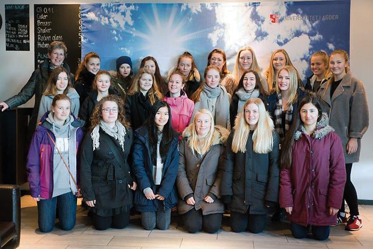 MØTTE NHO-LEDEREN: Sammen med 500 andre jenter møtte deltakerne fra Møglestu videregående skole blant annet næringslivslederen Kristin Skogen Lund (bakerste rad, nr. 5 fra høyre). Foto: Haakon Sundbø
