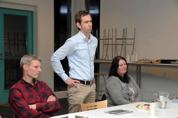 KRITISK: Tilbake fra permisjon lot ikke KrFs Trygve Raen sjansen gå fra seg til å komme med et par verbale spark til kommunestyrekollegene om dårlig oppfølging av egne budsjettvedtak. Partifelle Vemund Ruud til venstre og Høyres Kathrine Vestøl til høyre.