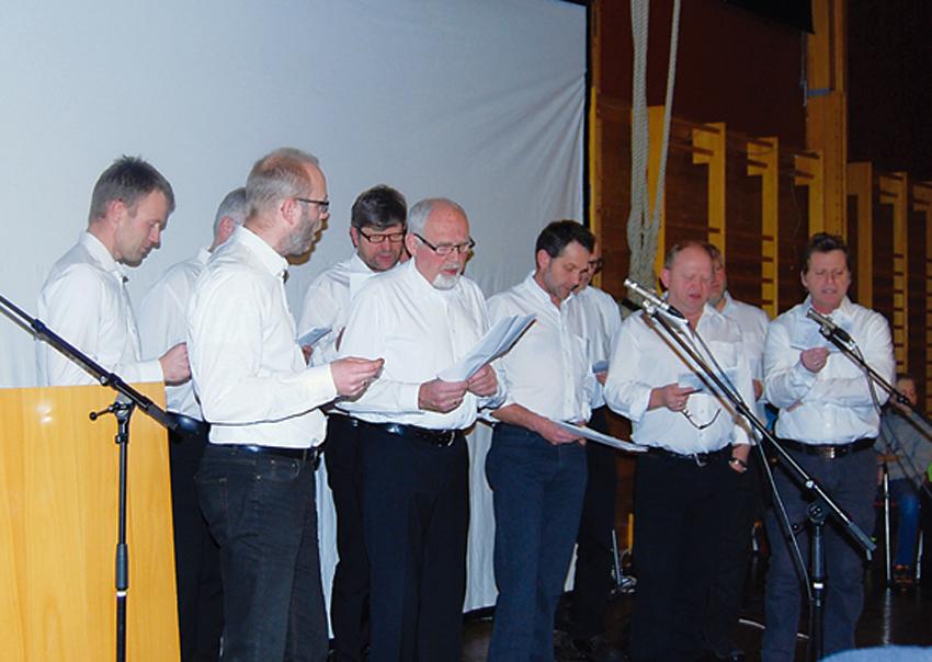 UNDERHOLDT: Mannskoret «Bygdeguttene» underholdt med frisk sang.
