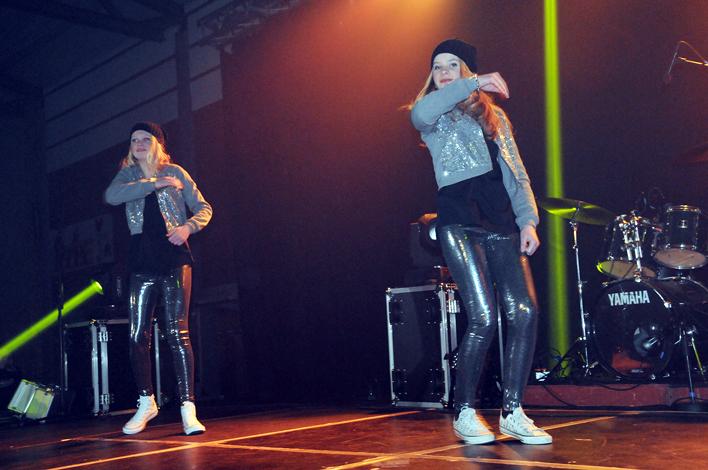 RYTMISK DUO: Mina Tobiassen og Sigrid Kristina Brändström, som trår sine dansesko hos Britta Meier i Kulturskolen, utgjør det ene av de to danseinnslagene i årets mønstring.
