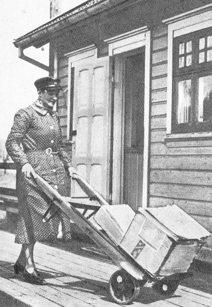 """«EVADATTER-SMIL»: Denne bildeteksten ble brukt i Alle Kvinners reportasje i 1938: """"Arbeidet på stasjonen er mange ganger tungt. Men damen gjør det med et ekte Evadatter-smil"""". Vi lurer på om bildet er av Inga Uhlen – og om det er fra Gauslå stasjon? Kanskje noen av leserne vet det? (FOTO: UKJENT – FRA ALLE KVINNERS BLAD)"""