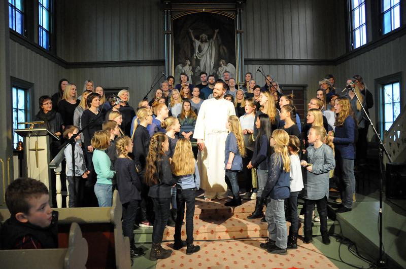 FOR TREDJE GANG: Øystein Dugstad har spilt hovedrollen som Jesus fra Nasaret alle tre gangene Påskemusikalen er blitt satt opp i Birkenes kirke. Nå truer han med å pensjonere seg. – Jeg er jo ti år for gammel, sier 43-åringen.