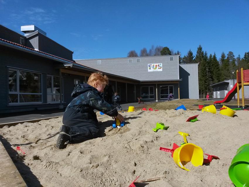 Leiken er i full gang: Uteområdet er et leikeeldorado med sandkasser, klatreslott, sklier, sykkelbaner og runser, blant annet. – Allerede nå ser vi at ungene leiker på en helt annen måte, forteller en storfornøyd daglig leder Hilde Kylland.