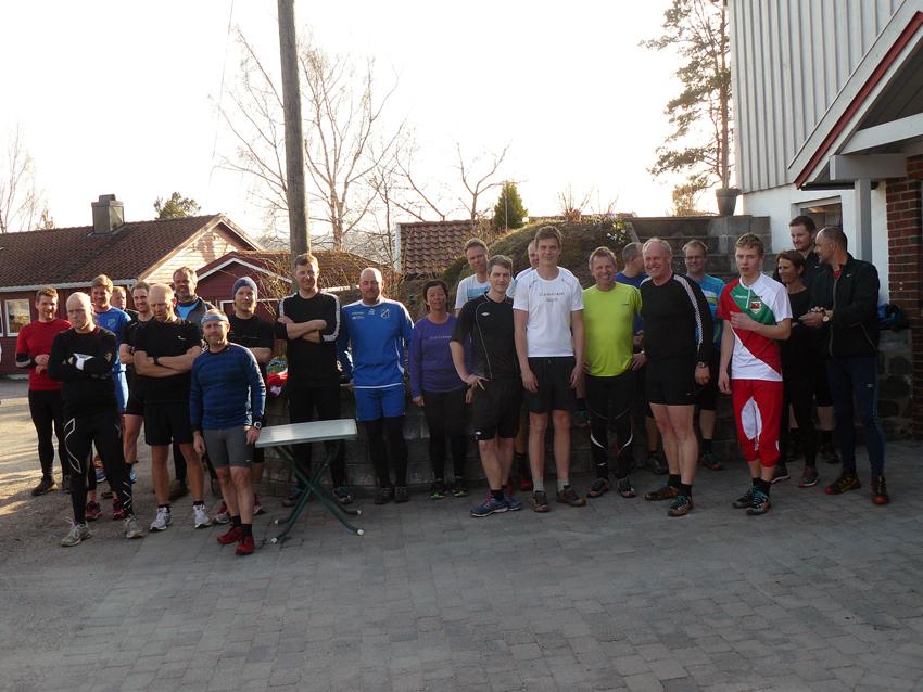 ÅPNINGSREKORD: Spente løpere på gårdsplassen til Ivar Skåre før årets første Espe Rundt. 39 startende er ny rekord for et åpningsløp i det populære torsdagsløpets 25-årige historie. (FOTO: IVAR SKÅRE)