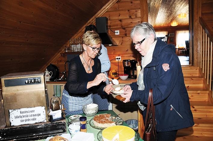 POPULÆRT: Kafévert Sol Suggelia danderer en kremklatt på Anne Marie Birkenes' bountykakestykke. Med hjemmebakte kaker og interiør «fra Gjenbruken» har den månedlige lørdagskafeen i låven på Hauane på Birkeland blitt en hit.