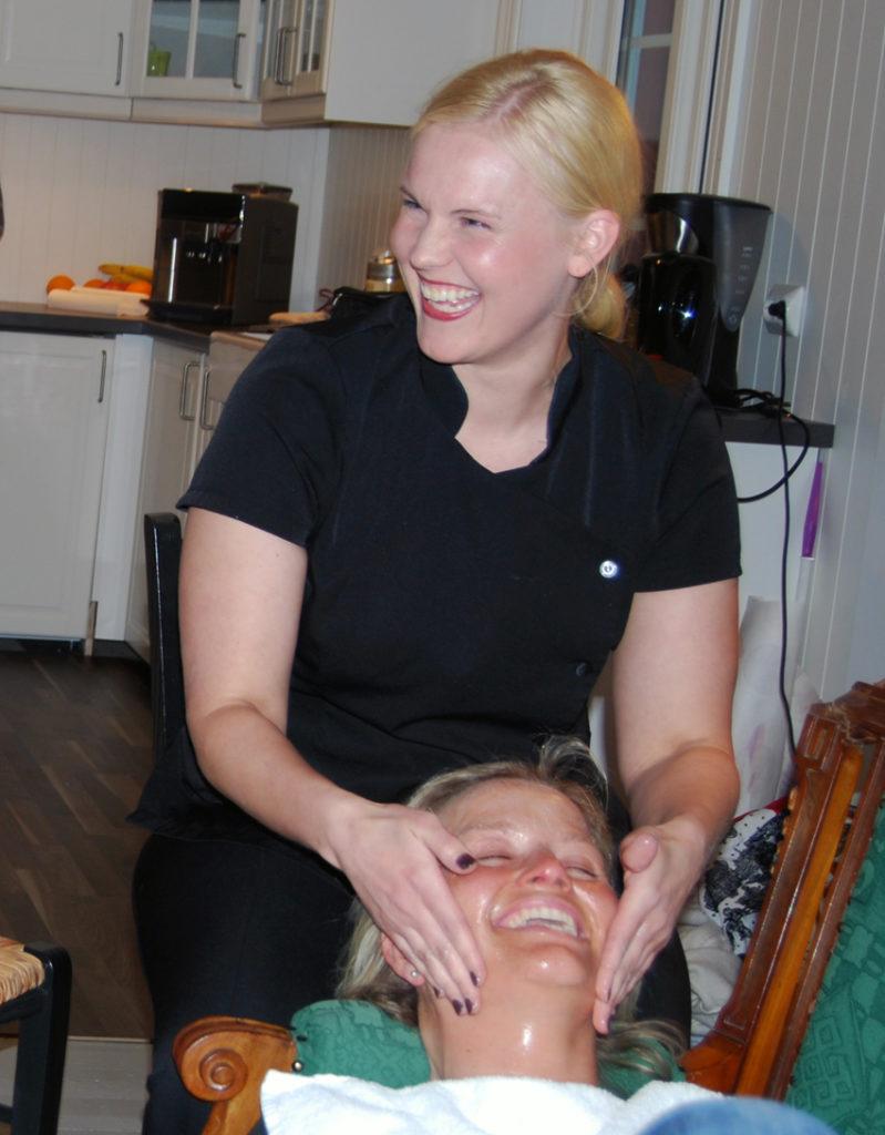 BURSDAGSBARN: Siri Belland feira fødselsdagen sin med kyndig hudpleie av Mariann fra Lillesand.