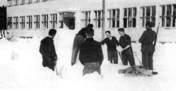 TIDSFORDRIV: Medlemmer av besetningen på den tyske ubåten U-21 bygger ubåt i snø under oppholdet på Sørlandets Kristelige Ungdomsskole (Folkehøgskolen) i mars 1940. Seinere ble soldatene overført til Valle.