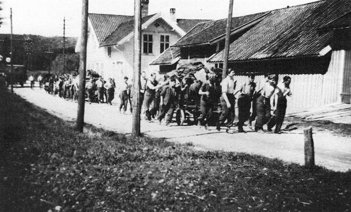 KAPITULASJON: «11. mai 1945. Tyskerne har kapitulert og trekker seg uat fra byer og tettsteder. Her drar de forbi Nordheim (Flaksvatn) på veg austover.», heter det i billedteksten til dette bildet som vi har lånt fra Åsmund Knutsons bok «Krigsåra 1940 til 1945» som kom i 1990.