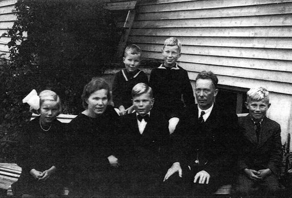 KONFIRMASJON: Hele familien Bjorvatn samlet til konfirmasjon fredshøsten 1945. Fra venstre: Mari, mamma Aase, konfirmanten Øyvind, pappa Aslak og Kjell. Bak sitter Einar (t.v.) og Bjarne.